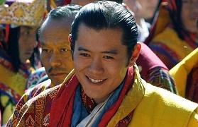 ブータン国王、被災児童を次々ビ...